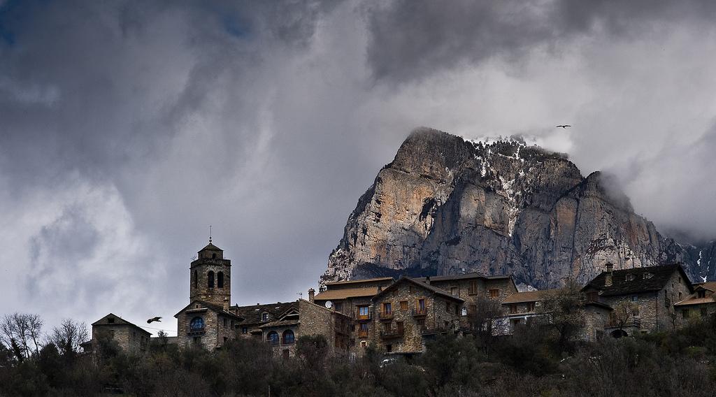 El Pueyo de Araguás 🏰 El pueblo medieval desconocido a los Pies de la Peña Montañesa 🌲🗻
