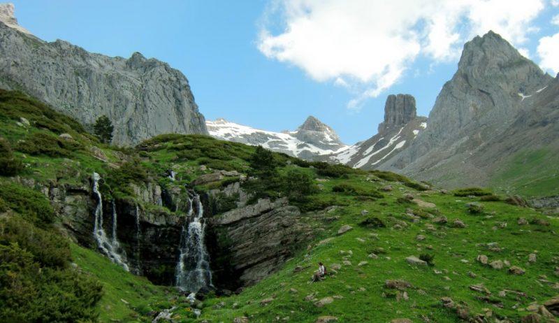 Cascada procedente de las fuentes de Rigüelo con los Mallos de Lecherin al fondo
