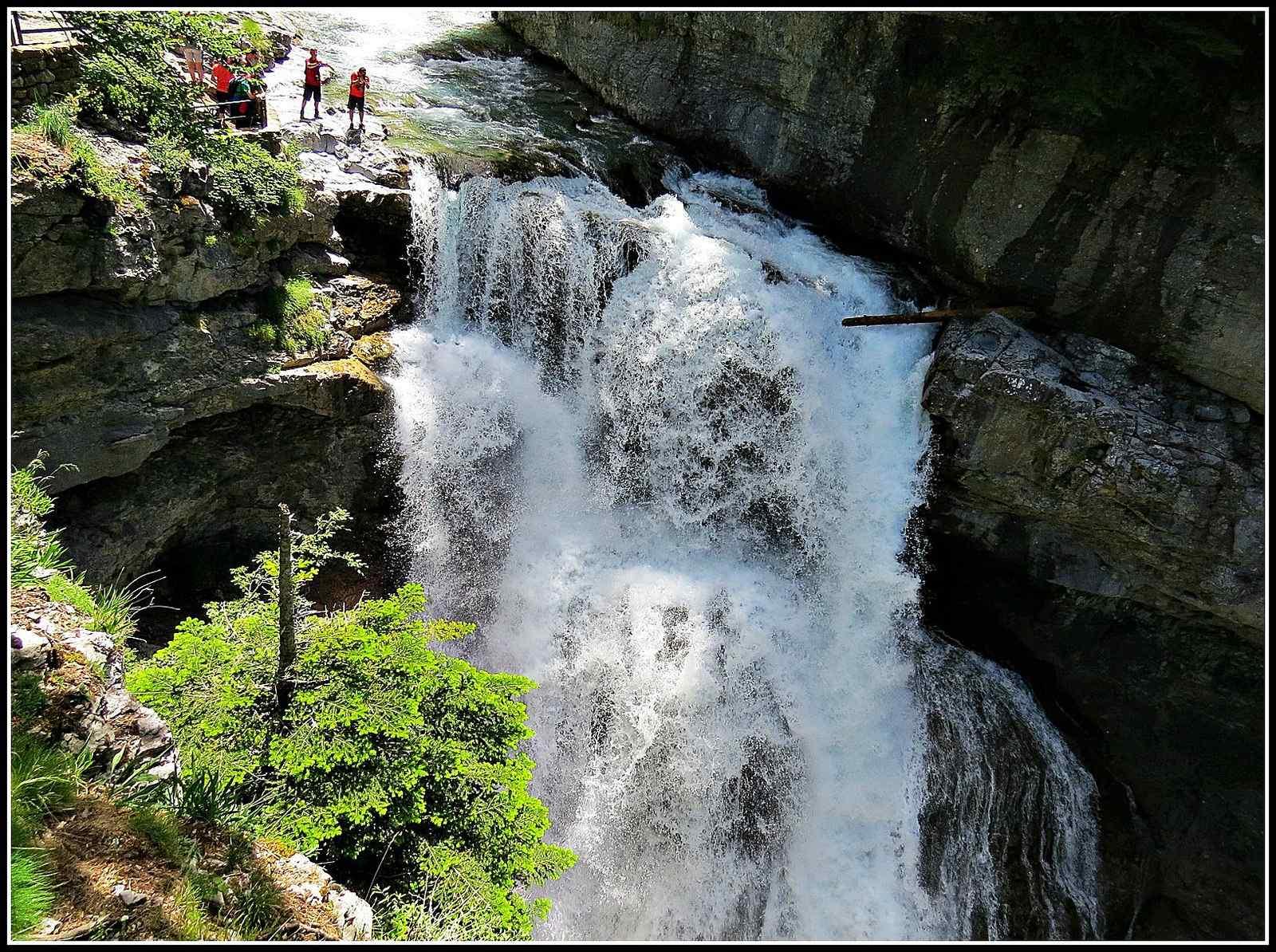 Espectacular Excursión Circular a la Cascada de Arripas, Cascada de la Cueva y Cascada del Estrecho