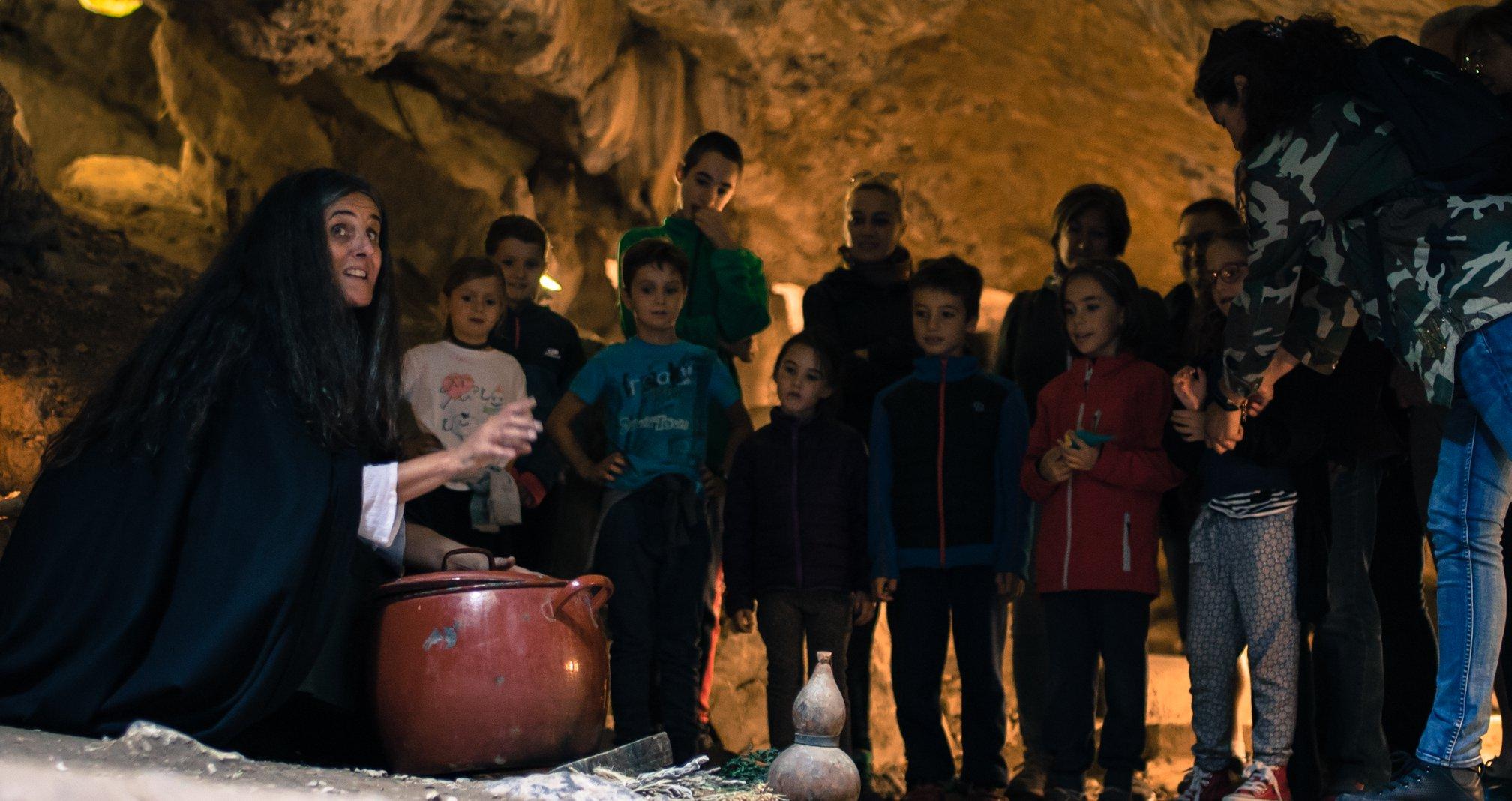 ¡Las Brujas toman Villanúa! 😈 Visitas teatralizas a la Cuevas de las Güixas
