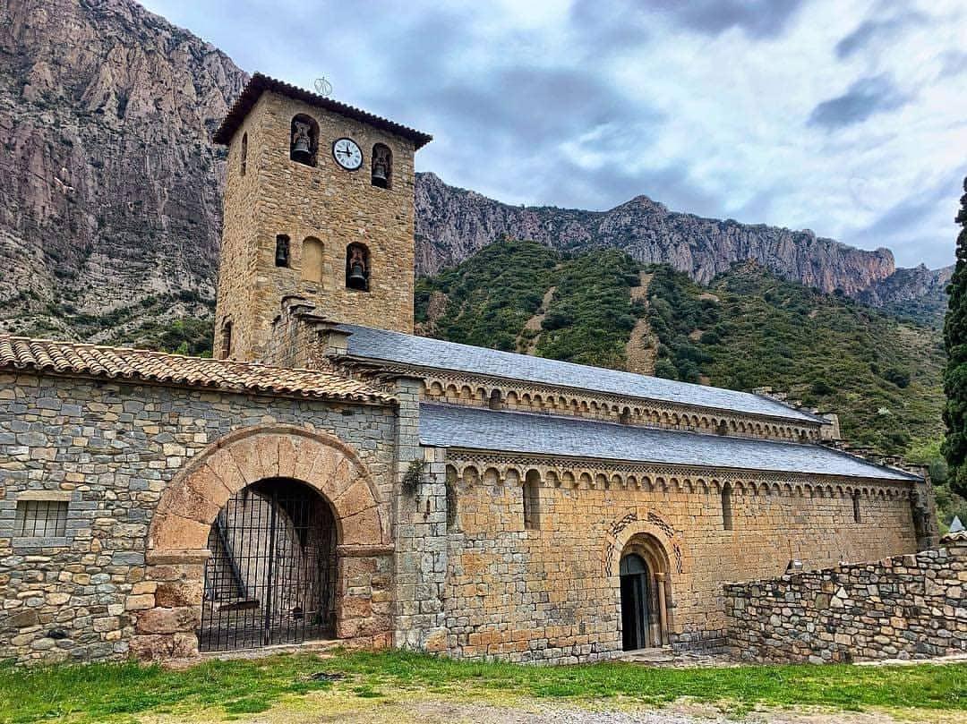Sopeira 💙 paraíso escondido custodiado por la obra maestra del románico ribagorzano ⛪️