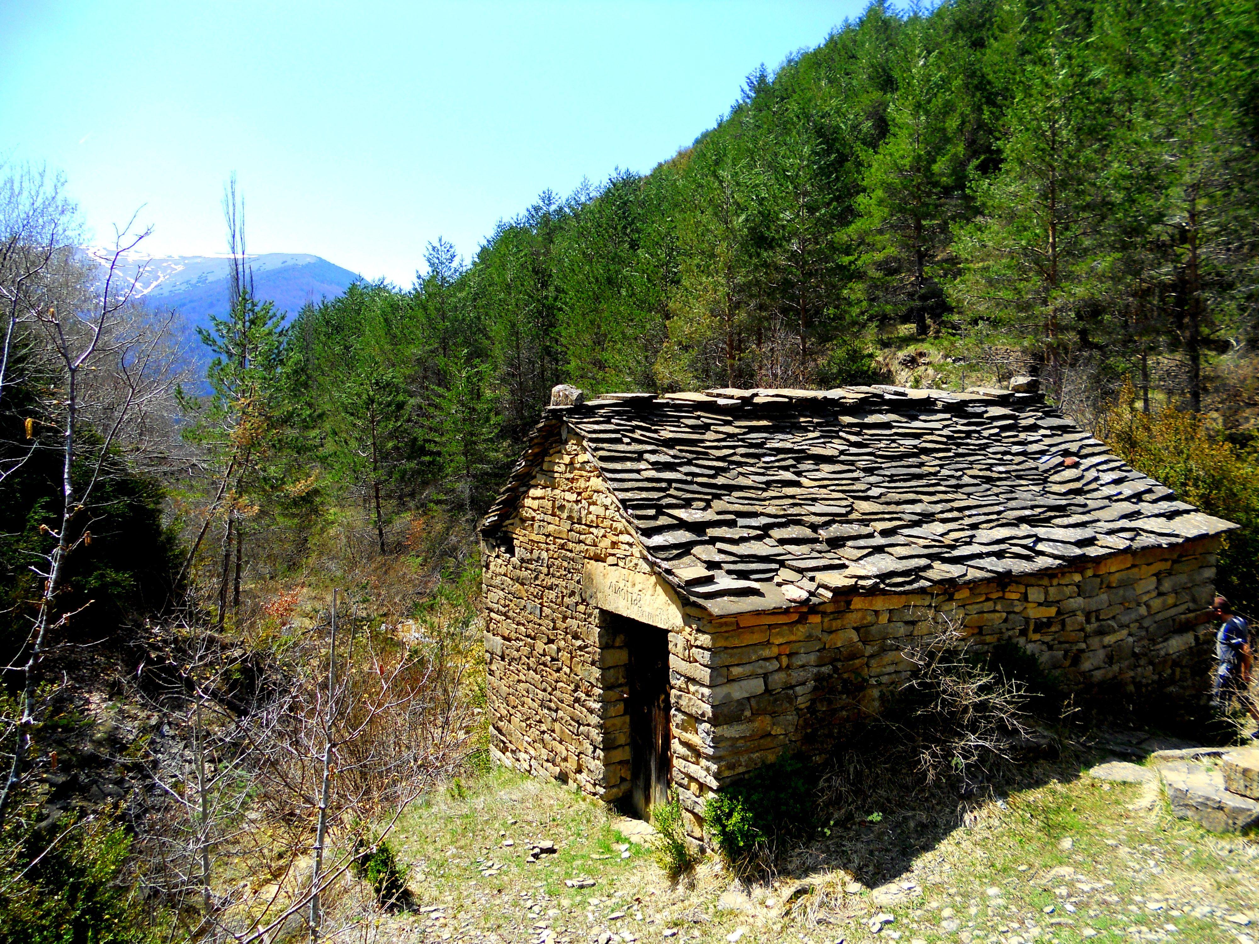Excursión al impresionante molino del despoblado de Ainielle